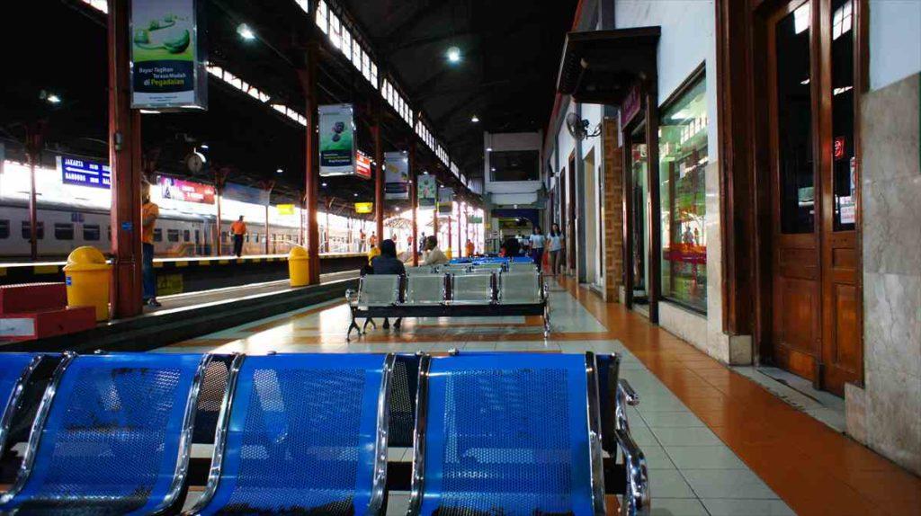 ジョグジャカルタ駅のベンチ