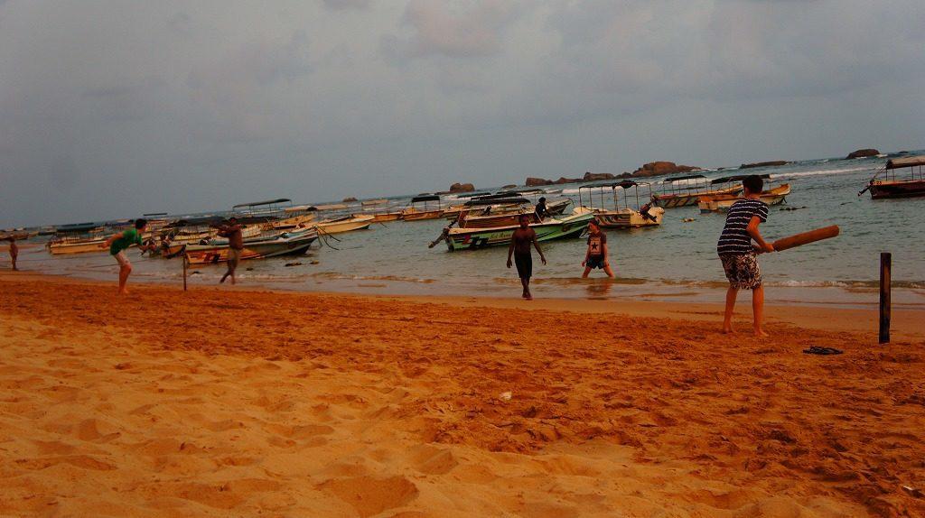 ニゴンボのビーチでクリケット