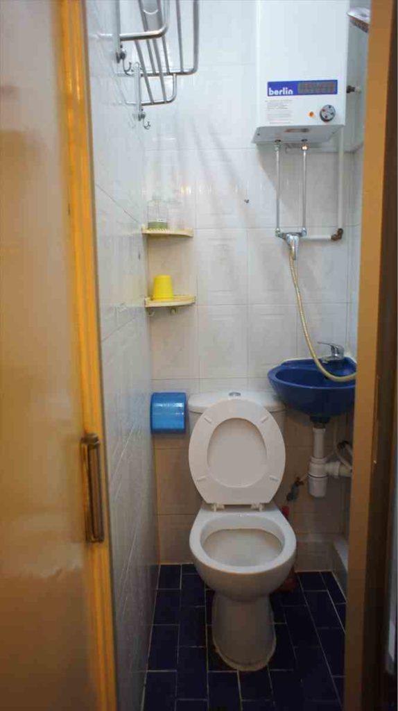 サファリゲストハウスの部屋のシャワートイレ