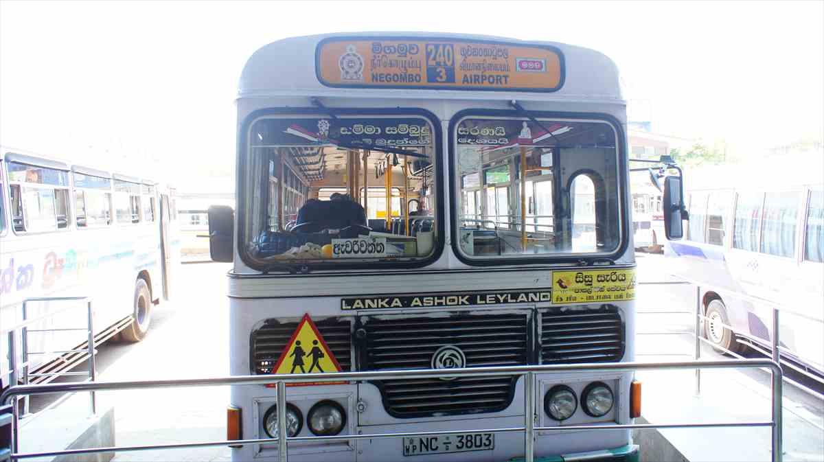 スリランカ空港からキャンディへバスで移動