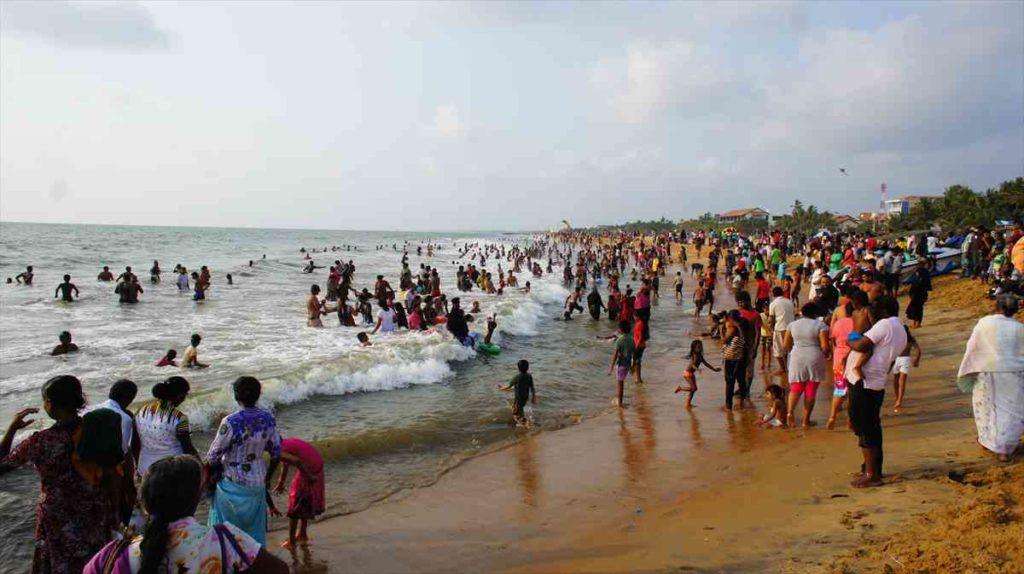 ニゴンボのビーチは人の芋洗い状態