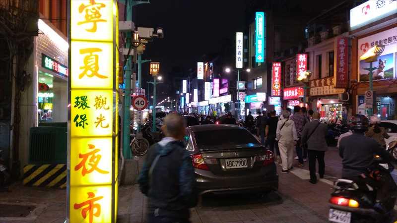 台北駅から徒歩で行ける気軽な夜市「寧夏路夜市」