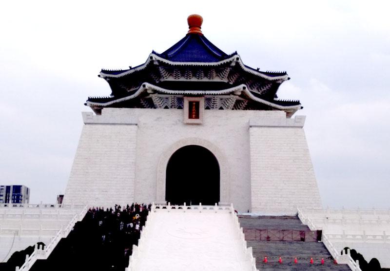 台湾の中正紀念堂で衛兵交代式を見学