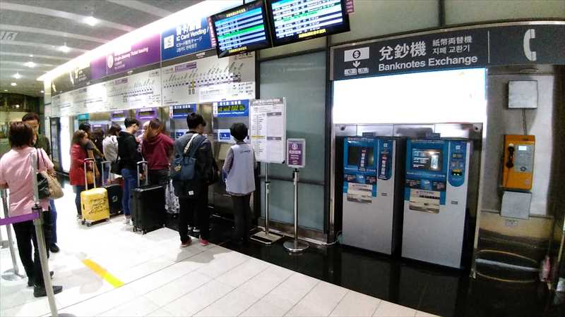 桃園空港のMRT改札前にある両替機