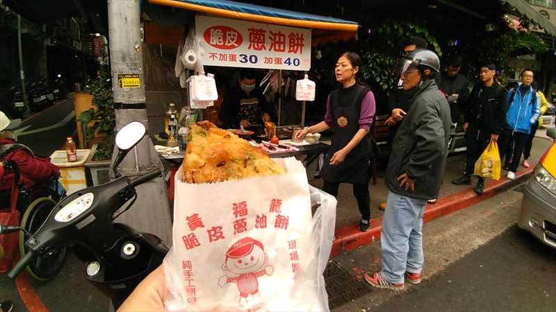 台北駅エリアのローカルグルメ・葱油餅